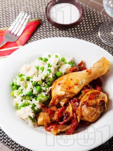 Пилешки парти бутчета на тиган с ориз, грах и сушени домати - снимка на рецептата